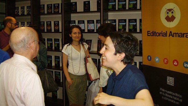 Carlota Bérard firmando charlando con un lector