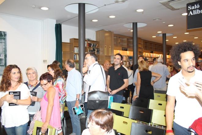 Público asistente durante la firma de ejemplares