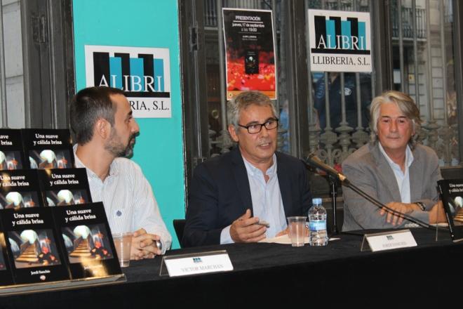 """Jordi Sanchís (centro), acompañado por Narcís Argemí (derecha) y Víctor Marchán (izquierda) durante la presentación de """"Una suave y cálida brisa"""""""